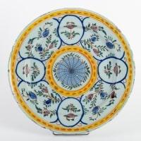 Plat polychrome en porcelaine de DELFT 18e siècle