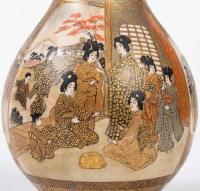 Vase Satsuma à décor de femmes dans un palais, XIXe siècle, estampillé sous la base.