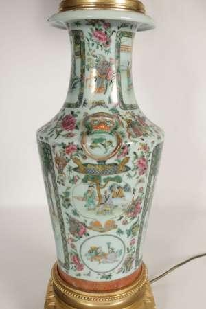 Importante lampe Chinoise du début du XXème siècle , monté de bronze doré, h: 1m10, l: 24x24cm.