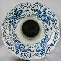 Grand vase en porcelaine à décor de nacre sur laque noire, Japon, fin Edo
