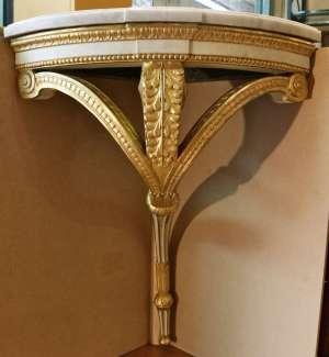 Paire de consoles d'angles Louis XVI à patine blanche et feuille d'or