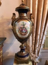 Paire de vases en porcelaine bleu de Sèvres et bronze doré. Réf: 368.