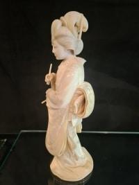 Okimono en Ivoire Monobloc, École De Tokyo - Femme Au Shamisen - Japon 19ème