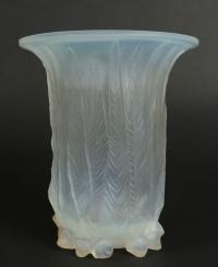"""René Lalique  Vase """"Eucalyptus"""" opalescent"""