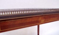 Paire de petites tables à tiroir en acajou marqueté de style Louis XVI, circa 1940