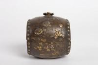 Petit tambourin en bronze doré avec incrustations de fleurs en métal précieux