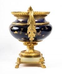 Garniture en porcelaine bleu, décor fleurs monture en bronze dorée signé Royal Bonn