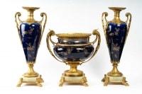 Garniture en porcelaine bleu (coupe + 2 vases )  décor fleurs monture en bronze dorée signé sur la porcelaine Royal Bonn 1755 Germany