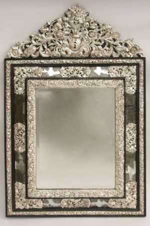 Grand miroir à pareclose de style Louis XIV en laiton argenté repoussé dans le goût hollandais