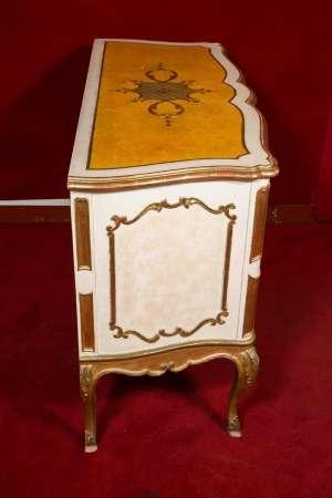 Commode italienne des années 1950 en bois peint et doré de très belle facture.