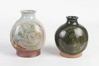 Claude Presset - 2 vases en grès émaillé à décor gravé abstrait. Vers 1980