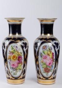 Une paire de vases en porcelaine de Paris de couleur bleu nuit XIXe Napoléon III