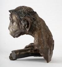Sculpture en bronze représentant un singe accroché à une branche signé Tassel (4/8)