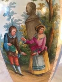 Pot couvert en porcelaine bleu clair, à décor de scènes galantes. Réf: 163.
