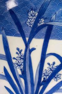 Plat japonais Nabeshima bleu et blanc à décor de Narcisses, 19ème siècle