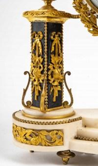 Pendule portique en marbre et en bronze, signée Rouvière, fin XVIIIème