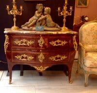 Commode galbée Louis XV, bronze au C couronné