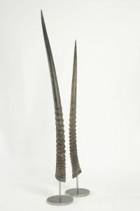 Paire de cornes d'oryx montées sur socle en acier.