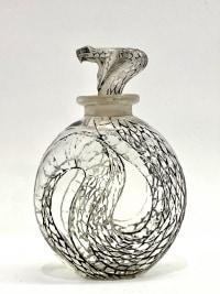 """Flacon """"Serpent"""" verre blanc patiné noir de René LALIQUE"""
