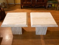 Paire de tables basses en travertin des années 1970.