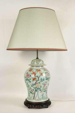 Importante lampe en porcelaine de Chine , fin 19ème siècle ou début du XXème siècle, montée d'un socle en bois sculpté.