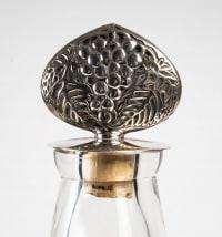 Carafe Reine Marguerite verre blanc émaillé marron patiné sépia bouchon métal de René LALIQUE