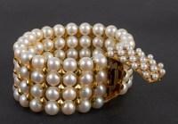Bracelet composé de 4 rangs de perles du Japon agrémenté de barettes en or 18 carats