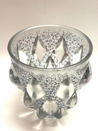 """Vase """"Rampillon"""" verre blanc patiné bleu-gris de René LALIQUE"""