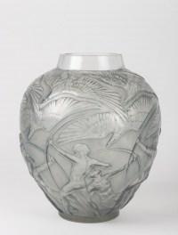 Vase Archers verre blanc patiné bleu de René LALIQUE