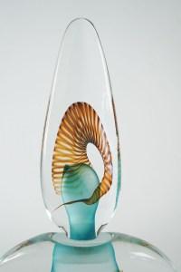 "Claude Morin - Grand flacon ""spirale"" en verre soufflé. Daté 90"