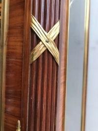 Bibliothèque vitrée de style transition et d'époque XIXème en marqueterie et bronzes dorés.       Réf: 174.