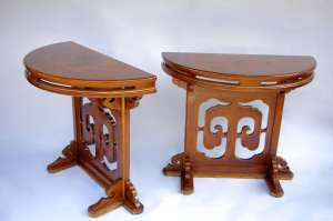 Paire de consoles en demi-lune en laque fauve et décor or circa 1900