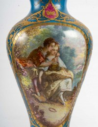 Paire de vases à scène galantes et fleurs , fin XIXème.