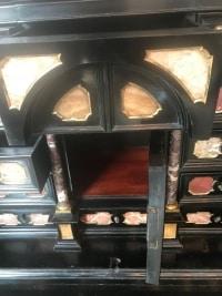Petit cabinet italienne bois noirci et pierres dures. Ref: 267.