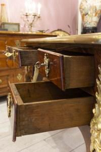 Petit bureau plat d'époque Régence double face en placage de palissandre