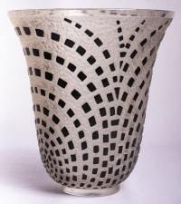 """Vase """"Damier"""" verre blanc émaillé noir d'origine de René LALIQUE"""