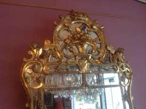 Miroir d'époque Louis XV en Bois doré à décors de grappes de raisins et grenades