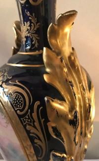Paire de vases en porcelaine bleu de Sèvres et dorure, anses en porcelaine.  Réf: 320.