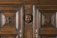 Important meuble du 17ème siècle, provenance supposée d'Italie du nord, grande décoration, en noyer sculpté sur toutes les faces.