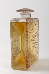 """Flacon """"La Belle Saison"""" verre blanc patiné sépia de René LALIQUE pour Houbigaut"""