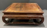 Grand support de présentation carré chinois en bois dur exotique, 19ème siècle