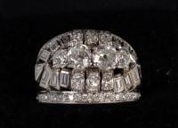 Bague jonc en platine habillée de 3 diamants (1,89 cts) et de 14 diamants baguette 1950