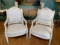 Paire de grands fauteuils de style Louis XVI.