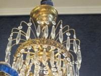 Lustre à 6 lumières à décors de pampilles en cristal et bronze doré, travail suédois du XIXème siècle.