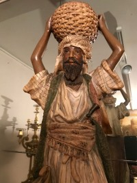 Terre cuite Homme arabe portant un panier tressé. Ref: 247.