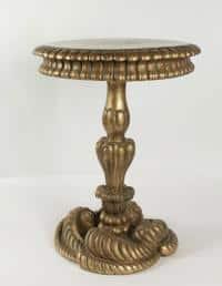 Intéressant bout de canapé du début du XIXème siècle, piètement décoré de coquillages en bois sculpté et doré.