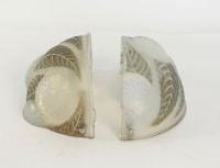 """René Lalique Paire d'appliques opalescentes """"dalhias"""""""