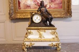 Pendule en bronze patiné et marbre blanc représentant le Roi St Louis en croisade