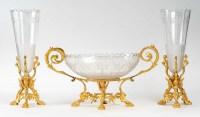 Garniture de cheminée qui contient une coupe et une paire de vase en cristal taillés monture en bronze dorée