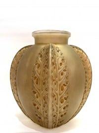 """Vase """"Chardons"""" verre blanc patiné sépia de René LALIQUE"""